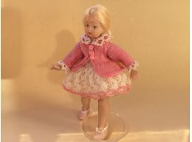 Fillette et sa robe à dentelles
