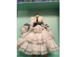 Robe a frou frou blanche et noire, sur mannequin